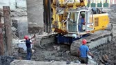 perfurante : UKRAINE, KIEV, AUGUST 5, 2013: Builders on a construction site. Drilling wells for bored piles