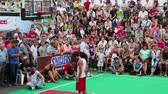 chapéus : KIEV, UKRAINE, AUGUST 24, 2012: FÑ–nal Ukrainian streetball league and show on basketball pitch on Khreschatyk street, dedicated to celebrating Independence Day in Kiev, Ukraine, August 24, 2012 Stock Footage