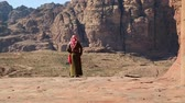 siq : Jordanian in traditional clothes in ancient Petra, originally known to Nabataeans as Raqmu - historical and archaeological city in Hashemite Kingdom of Jordan
