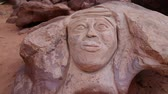 пиктограмма : Rock carving of the head of Lawrence of Arabia in Wadi Rum desert in Jordan. Wadi Rum, also known as Valley of the Moon, is the largest wadi in Jordan, that consists of sand, sandstone and granite rocks