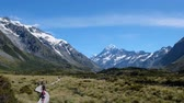 nutte : People are walking on the boardwalk to the mountain. A Scene in Mount Cook National Park, Hooker Valley Track, South Island, New Zealand. 4K Video. Videos