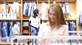 felicidade : Attractive woman in the store Stock Footage