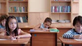 изучение : School children in a classroom