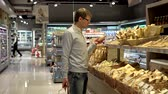 рынок : Young man in bakery