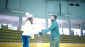 кататься на коньках : Smiling young couple at skating rink Стоковые видеозаписи