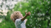 varinha : Smiling boy with soap bubbles outdoors