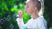 varinha : Little girl with soap bubbles in park