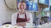 consumidor : Young smiling barista in cafe Stock Footage