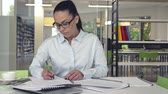 documentos : Attractive woman at work