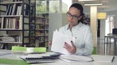 documentos : Attractive businesswoman in the workplace Stock Footage