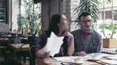 estudantes : Young couple at meeting Stock Footage
