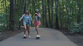 korcsolyázás : Attractive girls skating outdoors