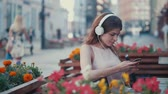 estilos de vida : Young woman with a phone Archivo de Video