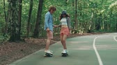 korcsolyázás : Young couple skateboarding outdoors