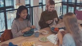 stricken : Smiling girls in a knitting lesson