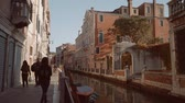 雄大な : People on a Venetian canal in Italy 動画素材