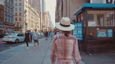 ヨーク : Beautiful young girl walking in New York City