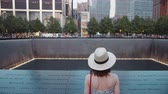 budynki : Young girl at the memorial symbol in New York City in the summer Wideo