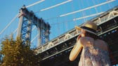 뉴욕시 : Young photographer at the bridge in New York