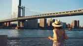 뉴욕시 : Young girl at Manhattan bridge in New York