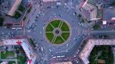 congestionamento : Time lapse aerial shot of busy roundabout during rush hour in Novosibirsk Vídeos