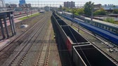 distancia : Empty freight train leaves the station of the city of Novosibirsk