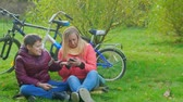 enfants jeux : Teenage boy sitting on the grass with his mother. Dependence on smartphones. Vidéos Libres De Droits