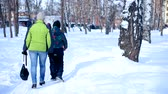 moederdag : Mother and son walk in the winter forest. Stockvideo