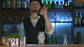 sacudidor : The bartender begins to prepare an alcoholic cocktail. He juggles with a shaker Stock Footage