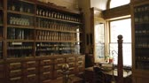 весы : Old drugstore interior. Medicaments and scales. History of medicine. Стоковые видеозаписи