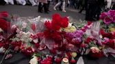 отставка : Crowds of people are going to honor the memory of killed heroes in Kiev. Miles of flowers lie on the road.