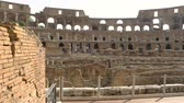 ruiny : Colosseum and people. Historic landmark of Rome.