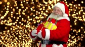Санта шляпе : Santa with presents. Santa Claus, thumb up gesture.