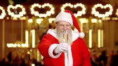 papai noel : Santa holding champagne glass. Santa Claus, Christmas fair.