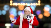 внимание : Santa using a loudspeaker. Santa Claus, bokeh background.
