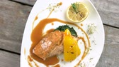 espinafre : Grilled salmon, vegetables and sauce. Delicious restaurant food top view. Stock Footage