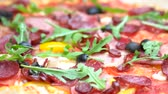 rúcula : Pizza close up. Meat olives and arugula.