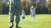 защитник : Soldiers family running with usa backgrounds. Americal soldier back home from the military service. Стоковые видеозаписи