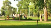 inserir : Defocused background of summer park with walking people. Crowded green park.