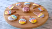устроенный : Sweets shaped as ice cream. Glazed gingerbread cookies arranged on wooden board. Tasty homemade dessert. Стоковые видеозаписи