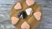 смокинг : Wedding cookies on wooden board, top view. Heart-shaped desserts with icing. Tasty organic biscuits.