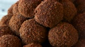 trufa : Candies coated in chocolate cocoa and biscuit. Sweet brown balls close up. Chocolate balls cooked at home.