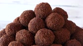 trufas : Heap of brown ball-shaped sweets. Chocolate gingerbread balls. Healthy and delicious cookies. Vídeos