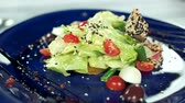 боб : Delicious French salad. Lettuce, quail egg and tuna.