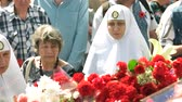veterán : 09.05.2018, Ukraine, Kiev. Nuns put flowers on memorial monument. Crowd of people.