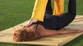 alívio : Woman is getting shiatsu massage outdoors. Feet massaging womans back. Thai yoga therapy. Pain relief concept.