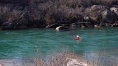 tourbillon : kayaker in a cool mountain river with fast flowing river practice sports Vidéos Libres De Droits