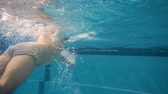 à beira da piscina : Sporty man swimming under the water. Young active swimmer diving in the pool Vídeos