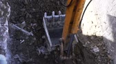escavadeira : Up close view of excavator digging into the ground