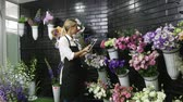 pomocník : Florist woman make a bouquet of beautiful flowers Dostupné videozáznamy